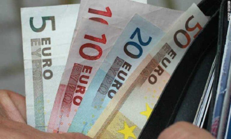 Οι Έλληνες δουλεύουν έξι μήνες για να πληρώνουν φόρους και εισφορές στο κράτος