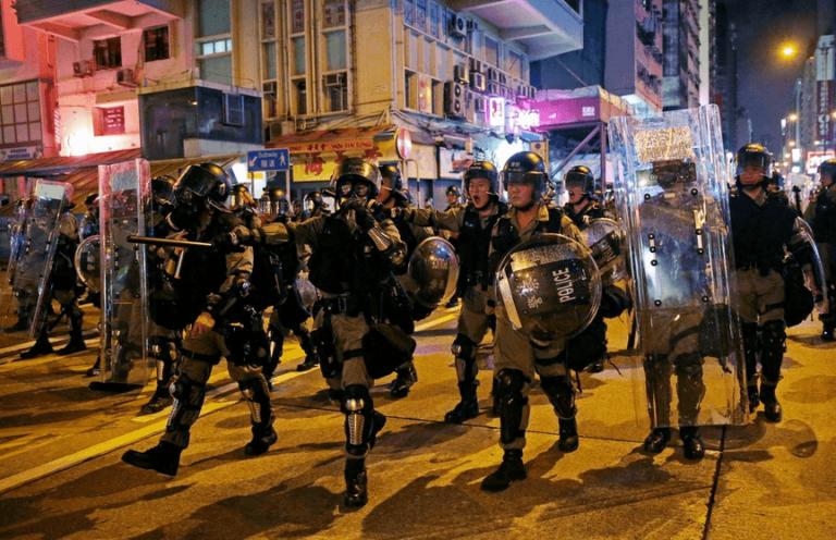 Χονγκ Κονγκ: Βίαιες συγκρούσεις αστυνομίας – ακτιβιστών και δεκάδες συλλήψεις
