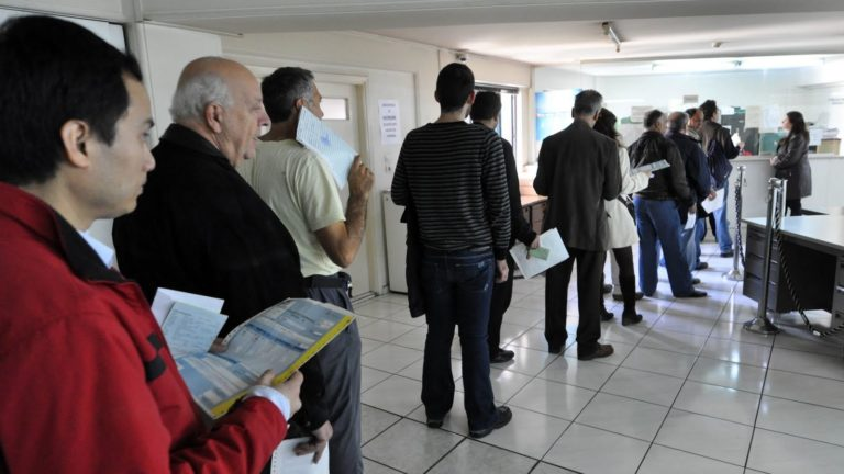 Μειώνεται η φορολογική κλίμακα για εκατομμύρια μισθωτούς και συνταξιούχους