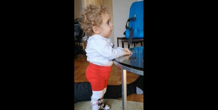 Ο μικρός Παναγιώτης Ραφαήλ στέκεται για πρώτη φορά στα πόδια του